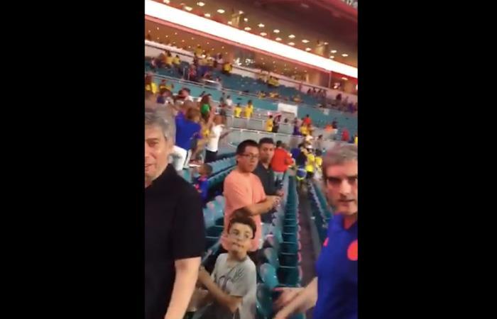 Daniel Coronell (I) y Félix de Bedout fueron insultados en pleno estadio. Foto: Reproducción twitter