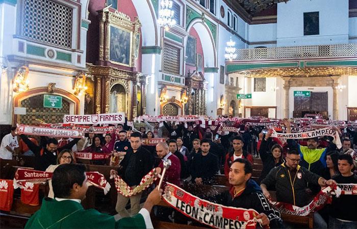 Cientos de hinchas estuvieron presentes en la misa en favor de Santa Fe. Foto: Twitter @lgars_Oficial