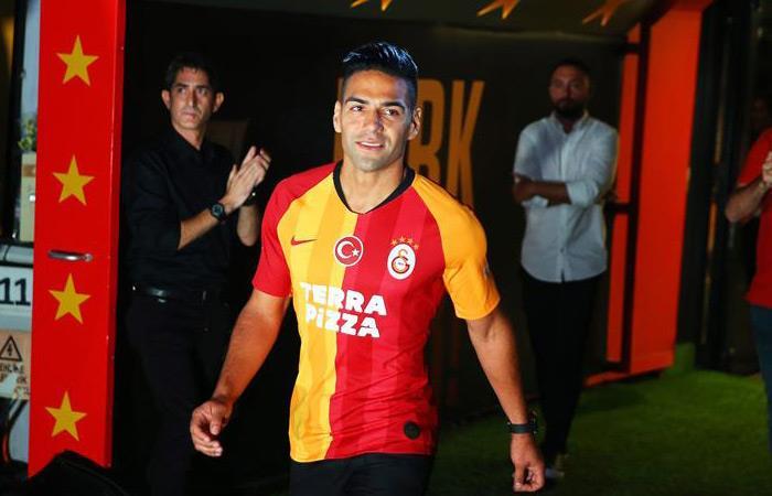 Falcao García en su presentación como nuevo jugador de Galatasaray. Foto: EFE