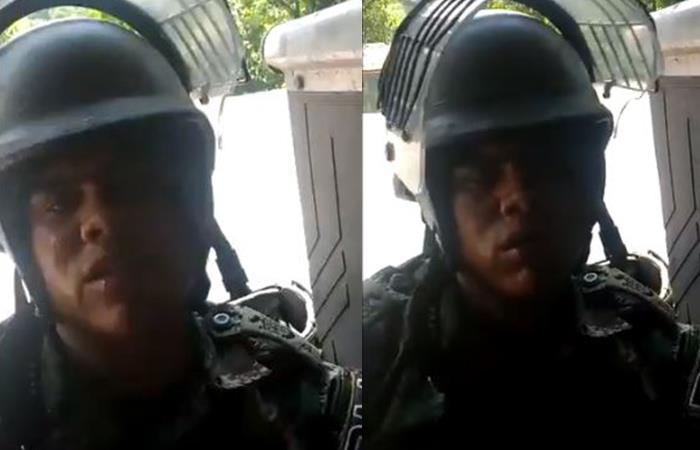 El soldado sería sancionado por abandonar el puesto. Foto: Twitter @AdamSmithFree