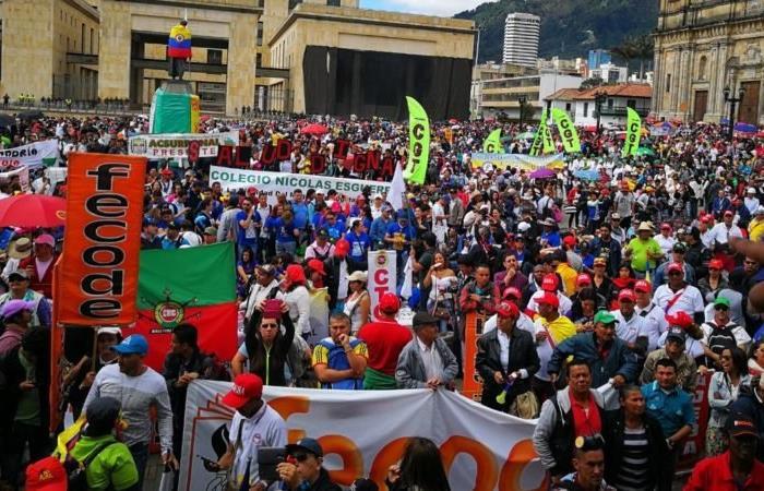 Manifestación de maestros en la Plaza de Bolívar, en Bogotá. Foto: Twitter