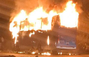 Delincuentes venezolanos queman bus intermunicipal en Cundinamarca