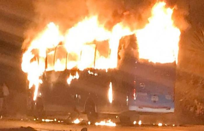 Momento en que el bus de AutoFusa fue incinerado en la vía a Ibagué. Foto: Twitter