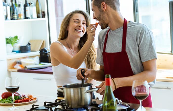 Cocinar juntos un postre puede ser una opción para compartir algo rico y tiempo juntos. Foto: Shutterstock.