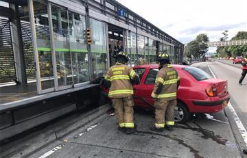 Así quedó un carro en Bogotá después de estrellarse contra estación de Transmilenio