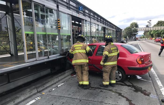 Choque de un carro contra estación de Transmilenio en Bogotá
