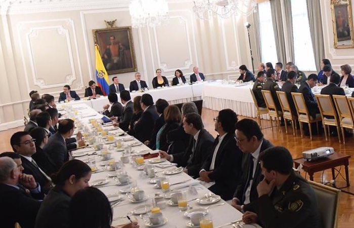 Iván Duque reunido con miembros de las Fuerzas Militares, representantes de los partidos políticos y organismos de control, en la Casa de Nariño. Foto: Twitter