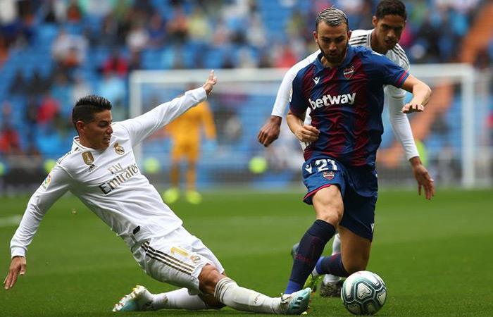James Rodríguez en acción en el partido ante Levante. Foto: EFE