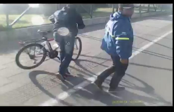 Momento en que los ladrones salen huyendo con la bicicleta. Foto: Twitter