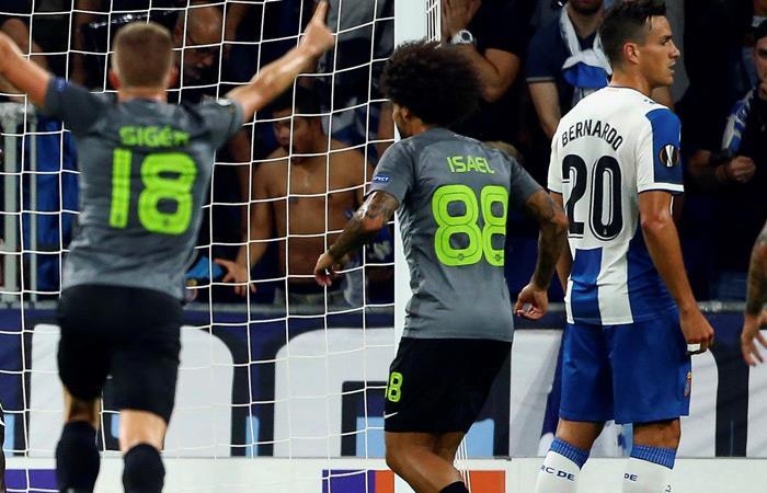 Bernardo Espinosa (D) en el gol que anotó su rival. Foto: EFE
