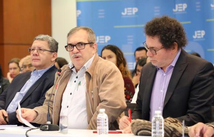 Rodrigo Londoño (centro) durante su indagatoria en la JEP. Foto: Twitter