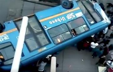 VIDEO: Sitp se volcó en la vía La Calera y dejó varias personas heridas