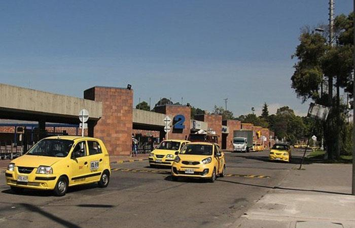 Taxis en la Terminal del Salitre, al occidente de Bogotá. Foto: Twitter