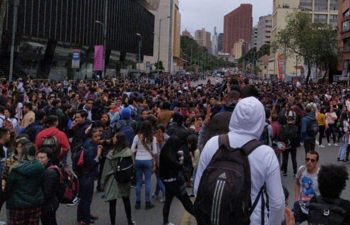 Estudiantes de las universidades Javeriana y Distrital, protestando en Bogotá. Foto: Twitter