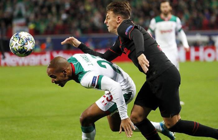 Santiago Arias en acción ante Lokomotiv en Champions League. Foto: EFE