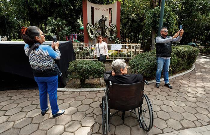 Fans de José José visitan su estatua en Ciudad de México. Foto: EFE