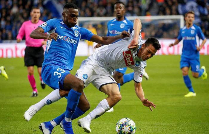 Jhon Lucumí (azul) jugó los 90 minutos con Genk en Champions League. Foto: EFE