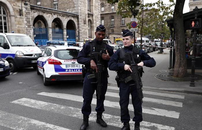 La Policía y fuerzas de seguridad francesas establecen un perímetro cerca de la Prefectura de París tras la masacre. Foto: EFE