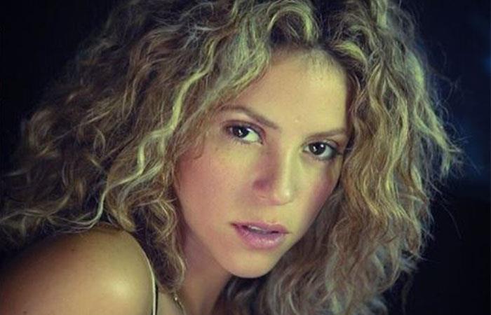 Critican a Shakira por cantar