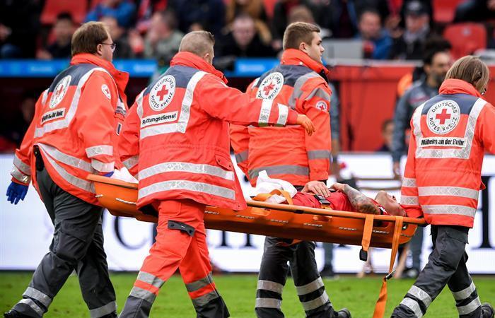 Camilleros retiran a Charles Aranguiz tras su lesión al servicio del Bayern Leverkusen, en la Bundesliga. Foto: EFE