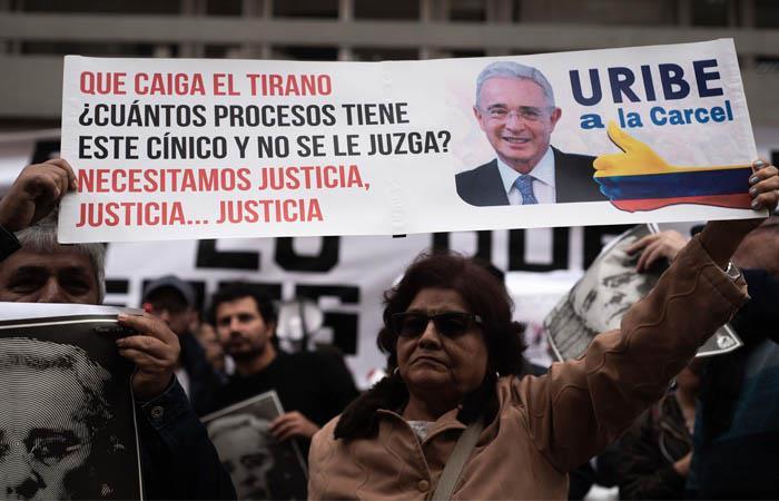 Varias protestas a favor y en contra de Uribe se registraron en el Palacio de Justicia. Foto: EFE