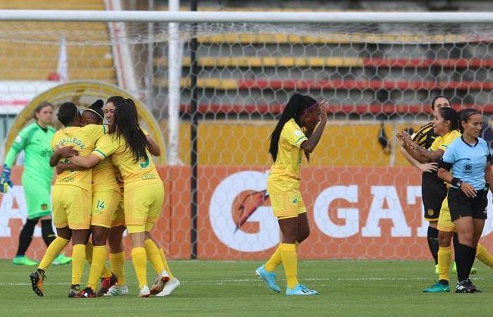 Las jugadoras de Atlética Huila celebran la anotación de un gol frente a Peñarol. Foto: EFE
