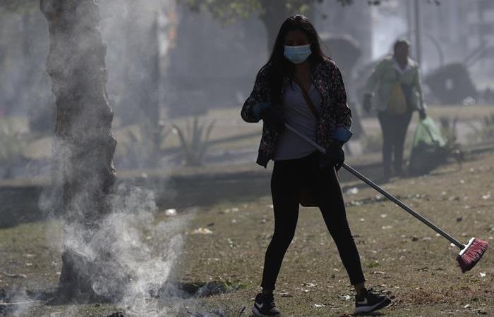 Mujer ayuda con la limpieza de Quito, tras once días de manifestaciones en Ecuador. Foto: EFE