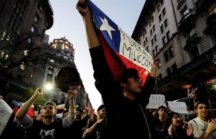 Decenas de personas protestan por la situación de Chile, frente al consulado del país en Buenos Aires (Argentina). Foto: EFE