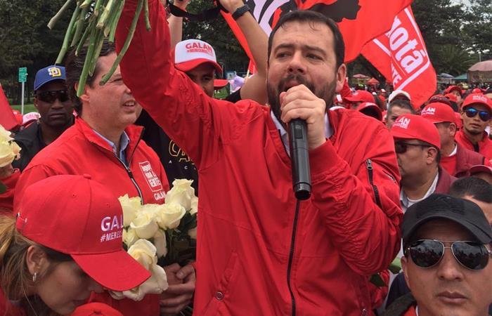 Carlos Galán lidera intención de voto en última encuesta en Bogotá