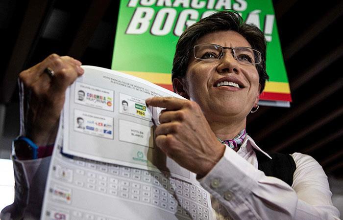 La exsenadora llegó a su puesto de votación acompañada por varias personalidades políticas. Foto: EFE