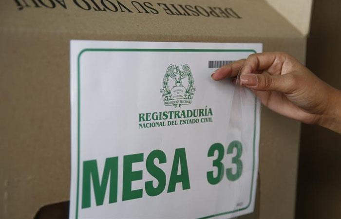 Instalación de mesa de votación en Medellín. Foto: EFE