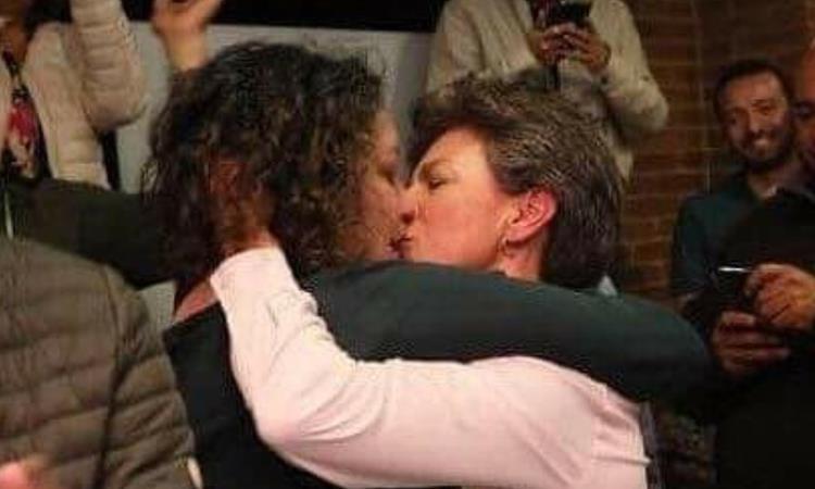 Beso entre Angélica Lozano (izq) y Claudia López (der). Foto: Twitter