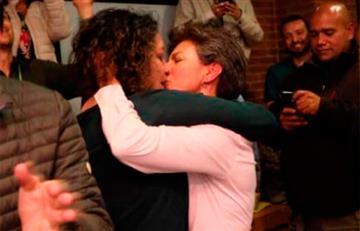 [VÍDEO] El beso de la victoria entre Claudia López y Angélica Lozano