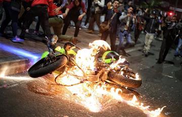 Incendian moto de Policía durante las marchas estudiantiles