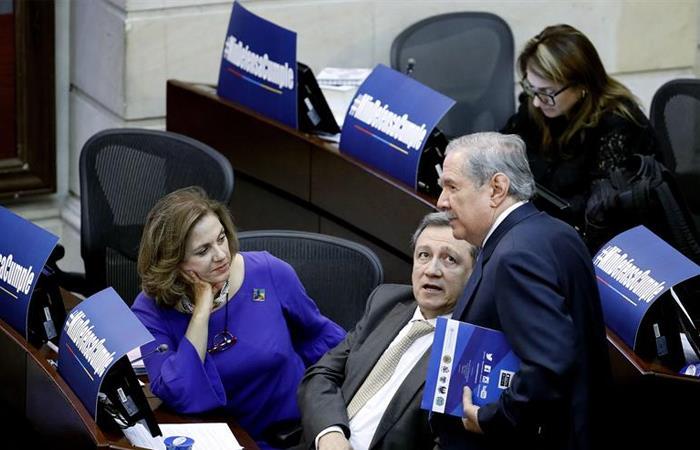 Guillermo Botero, ministro de Defensa, junto con senadores del Centro Democrático. Foto: EFE
