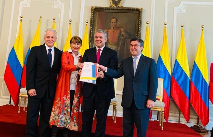 Iván Duque y Alicia Arango, junto con representantes del Banco Interamericano de Desarrollo y el Foro Económico Mundial. Foto: Twitter