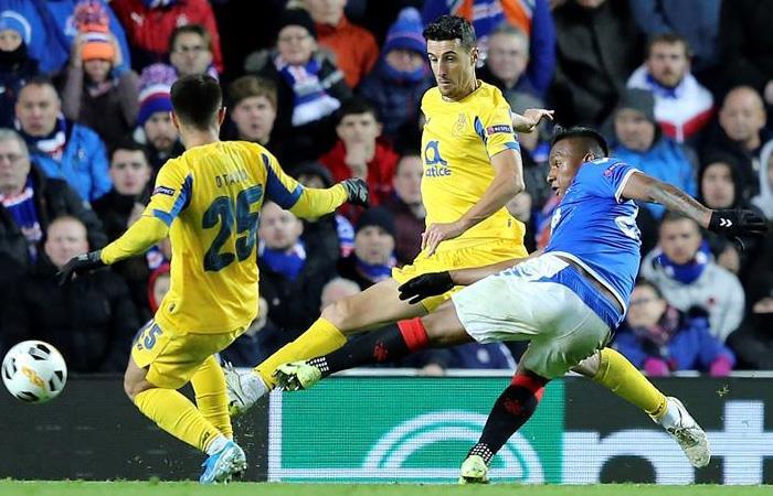 Alfredo Morelos (Azul) en acción ante Porto en la Europa League. Foto: EFE