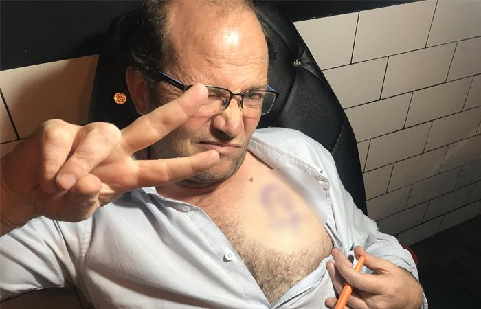 Daniel Samper Ospina presenta el boceto de su nuevo tatuaje. Foto: Twitter