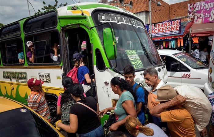 Pasajeros suben a un autobús hacia la frontera con Venezuela y Colombia. Foto: EFE