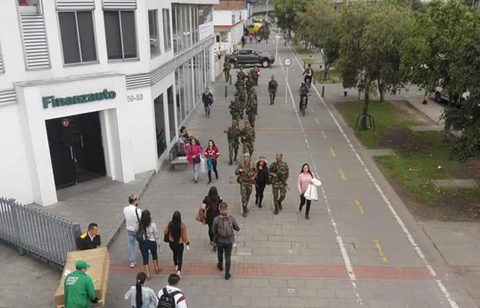 Soldados del Ejército Nacional patrullan una calle en Bogotá. Foto: Twitter