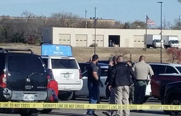 Testigos observan la escena del crimen en Oklahoma. Foto: Twitter