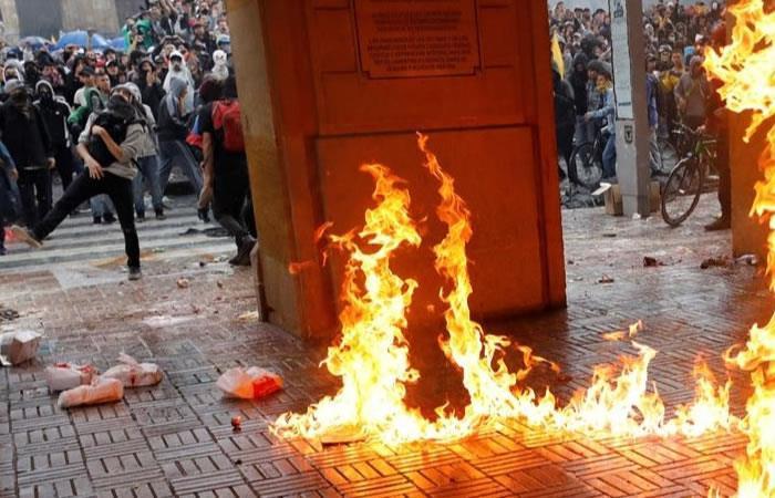 Los disturbios comenzaron luego de que un grupo de vándalos arremetieran contra las instalaciones de la Alcaldía Mayor de Bogotá. Foto: EFE