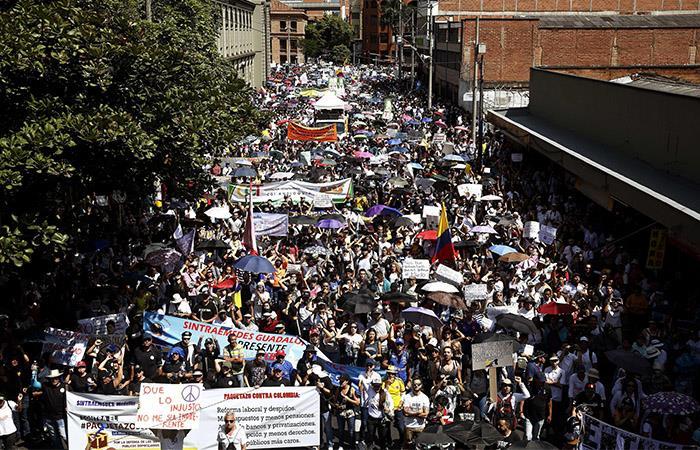 Cientos de miles de ciudadanos salieron a protestar en toda Colombia. Foto: EFE