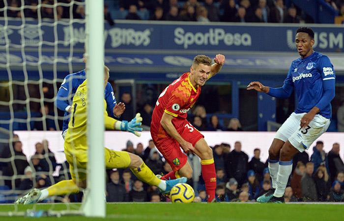 Yerry Mina no pudo evitar la derrota de Everton. Foto: Twitter