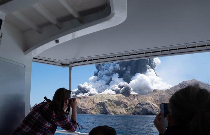 Turistas graban el momento en que el volcán Whakaari hizo erupción. Foto: EFE