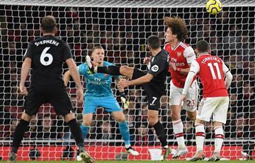 Sin la 'Roca' Sánchez, West Ham cayó ante Arsenal en la Premier League