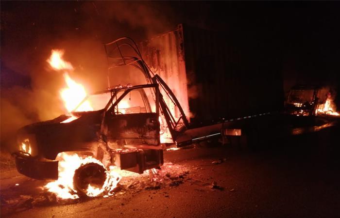 Camión incinerado por el ELN. Foto: Twitter