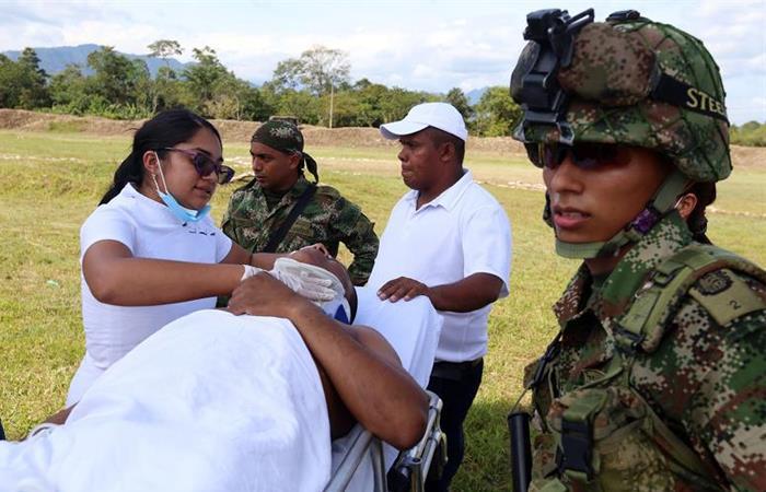Enfermera atiende a uno de los tres soldados heridos tras el ataque. Foto: EFE
