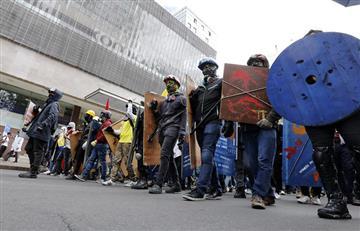 'Los escudos azules': los valientes que protegen los manifestantes en Bogotá