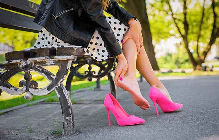 Las mujeres se tuercen los tobillos, generalmente por la utilización de calzado inadecuado